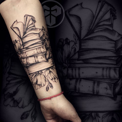 Фото татуировки, книга на предплечии в г