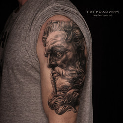 Фото татуировки, голова платона в стиле