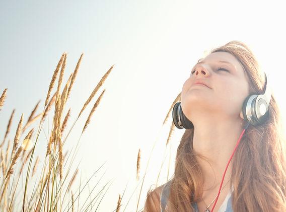 Lytter til musik