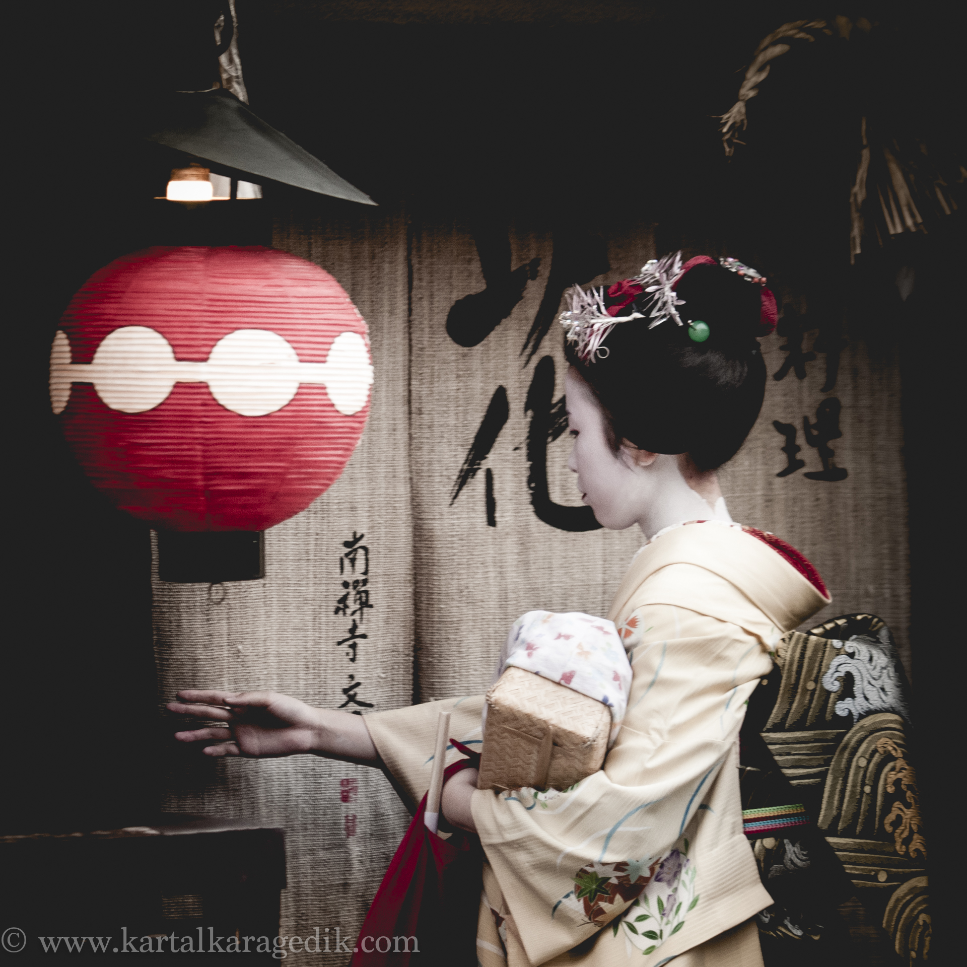 GEIKO ENTERING TEA HOUSE