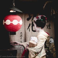 meiko entering tea house