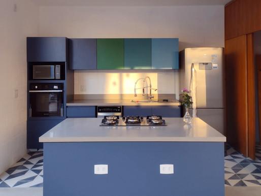 Cozinha azul com ilha: veja os detalhes deste projeto de marcenaria feito sob medida.