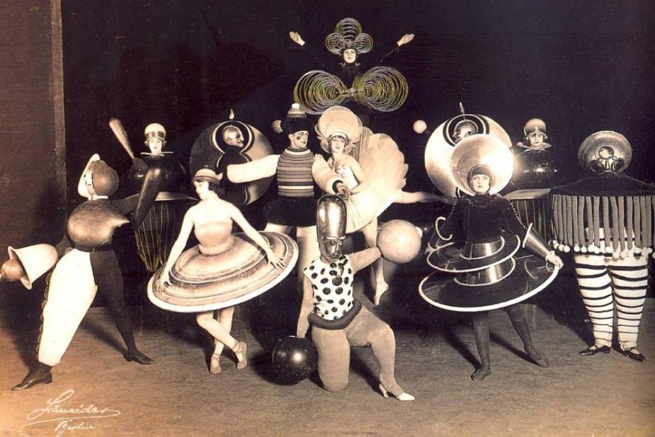 exibição de teatro na escola de artes bauhaus