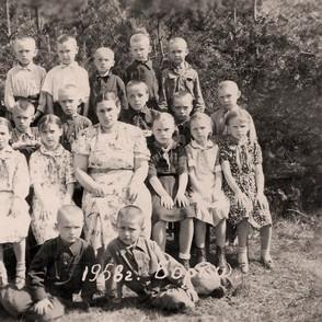 Учительница Анна Фёдоровна с учениками, Борки 1958 год.