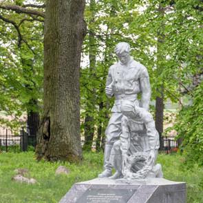 Памятник солдата и девушки.