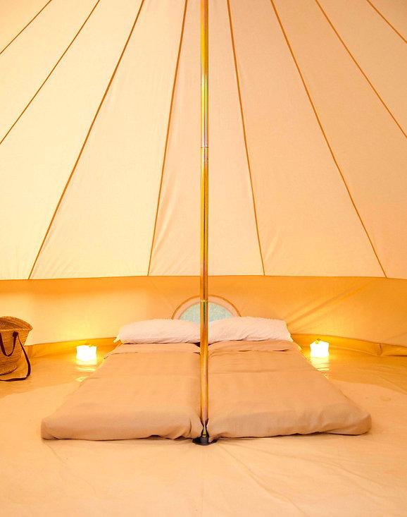 Campingbett mit Kissen und Decke Luftmatraze in großem Zelt