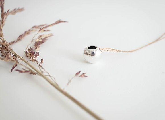 Colar Terral - Vasinho Bolinha em prata com seda