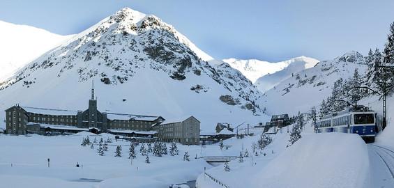 Tren Cremallera de Nuria en vall de Nuria invierno
