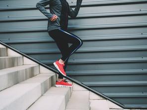 Il dolore al ginocchio scendendo le scale o quando ci si inginocchia.