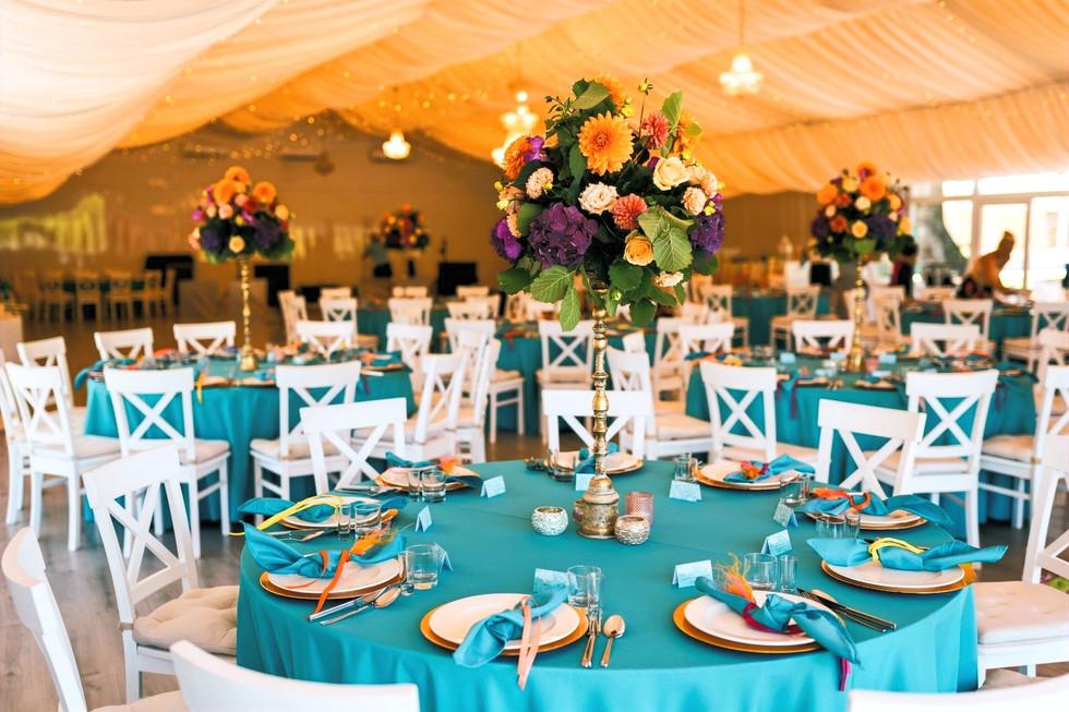 stol weselny turkusowy kwiaty.jpg