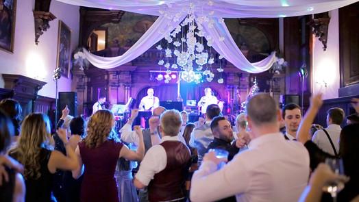goscie weselni w sali teatralne zamku kliczkow