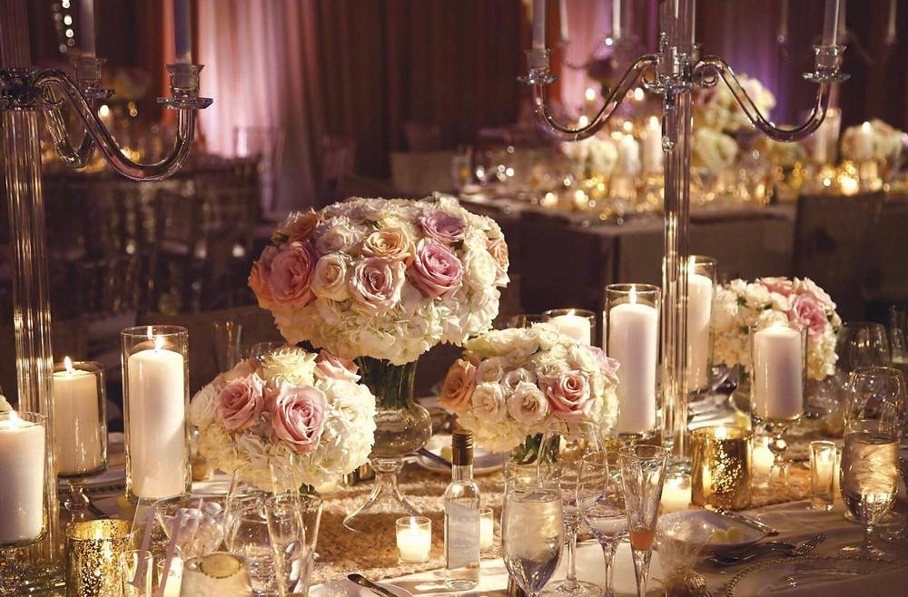 bialy tort weselny udekorowany swiezymi kwiatami