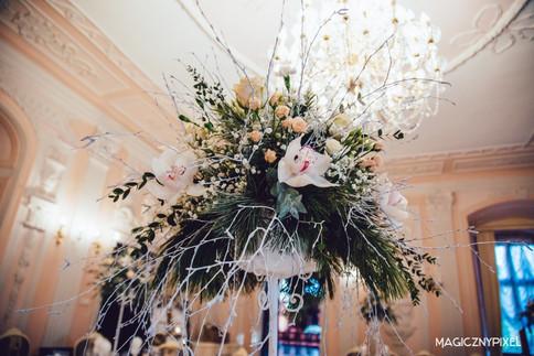 kwiaty-na-stole-weselnym