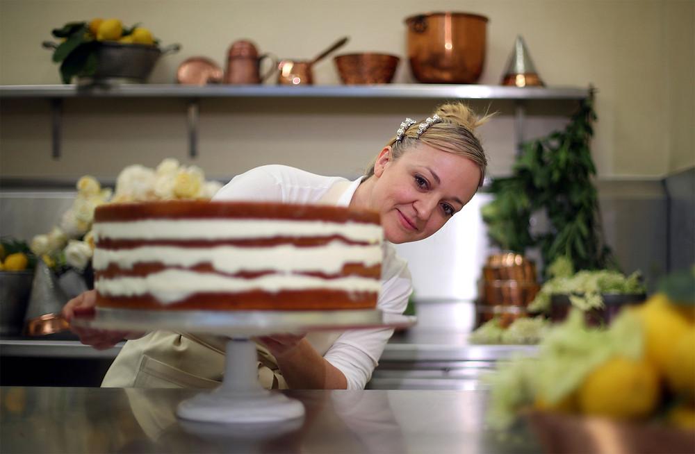 Claire_Ptak_robi_torta_weselnego