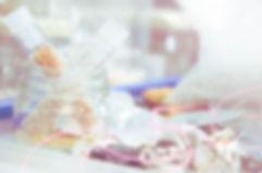 Atelier, perles, pierres semi-précieuses, bijoux