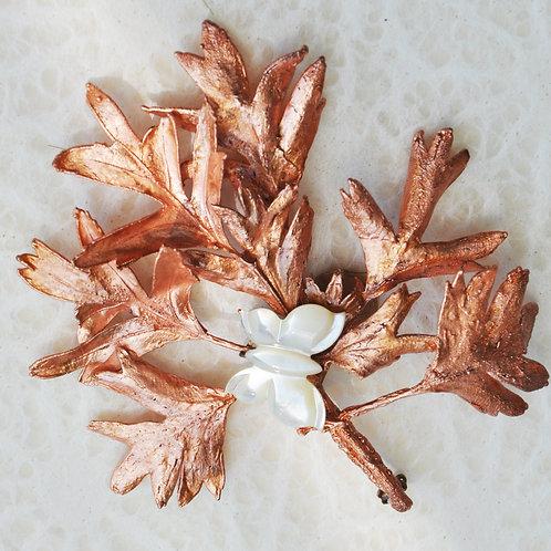 Branche d'aubépine et nacre   broche