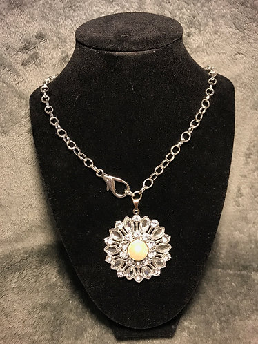 Front-Clasp Flower Pendant Necklace
