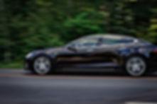 Черный седан на дороге