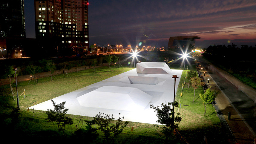 Three Cubes, 2015, white cement, 4500 x 1500 x 200cm, SongDo Central Park