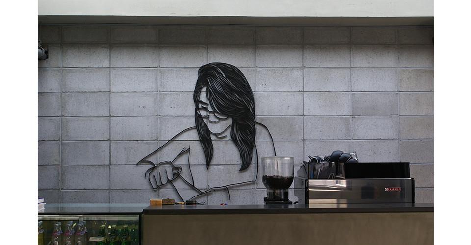 병을 열고 있는 여인 The woman opening the bottle, 2012, aluminum, 117 x 114 x 1 cm