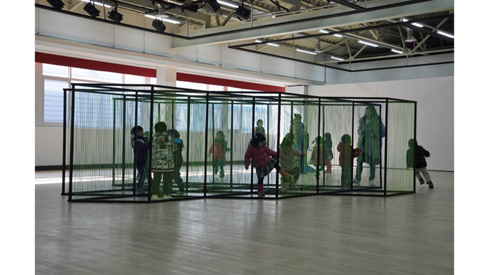 Seek and hide, 2011, color rubber band, urethane on steel, 500 x 600 x 160 cm