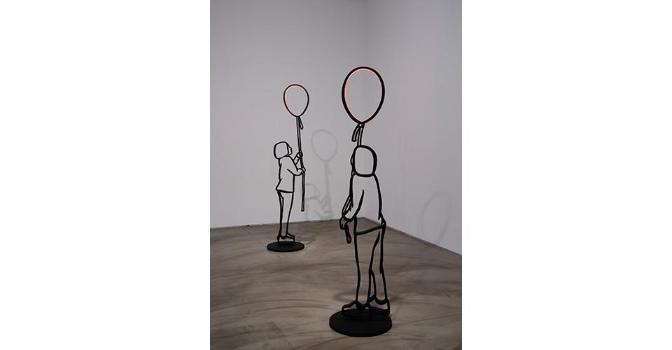 풍선을 든 아이 The Girl with Balloon, 2012, stainless steel, LED light, 218 x 51 x 51 cm each