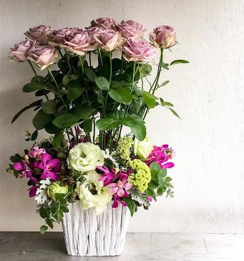 バラ『ライラッククラシック』を使った個展へのお祝い花