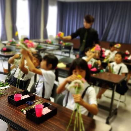 花育レッスン🌸_・_今日は花束。花と向き合う子どもたち。_・_みんな楽しくでき