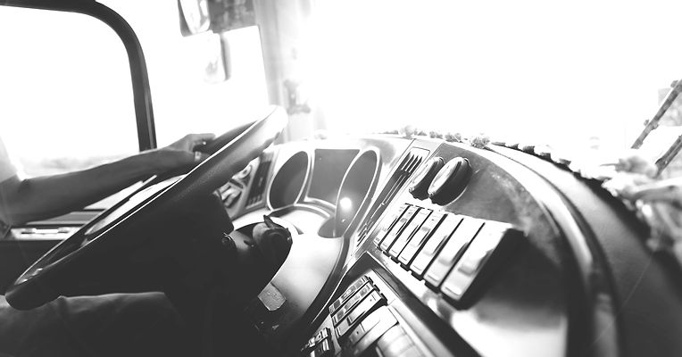person-hand-on-steering-wheel-977213_edi