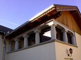 Fassade aus Steinpfeilern