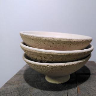 3 kleine potjes diameter ca 7 cm groffe klei buitenkant witte matte glazuur binnenin  18 euro voor 3 stuks