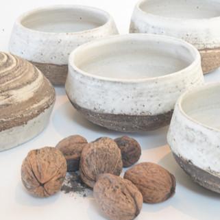 5 kommetjes gemengde klei, groffe buitenkant witte matte glazuur  prijs: 35 euro voor 5 stuks