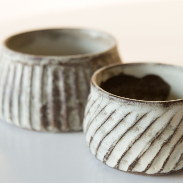 klein potje  witte en matte glazuur ca 10 cm breed  prijs: 18 euro
