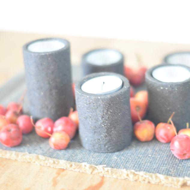 kaars houdertjes zwarte groffe klei verschillende hoogtes tussen 5 en 10 cm  prijs: 20 euro voor 5  stuks