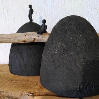 Beeldend werk zwarte groffe klei -combinatie tak  prijs op aanvraag