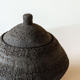 ruwe, intens zwarte dekselpot  prijs: 50 euro