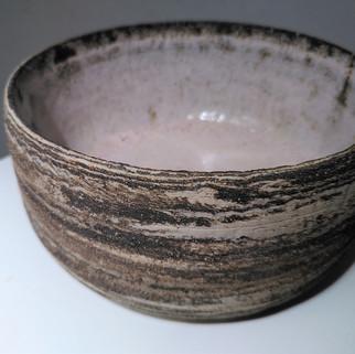 middelgrote kom diameter ca 16 cm ruwe klei buitenkant roze craquelé binnenkant  18 euro