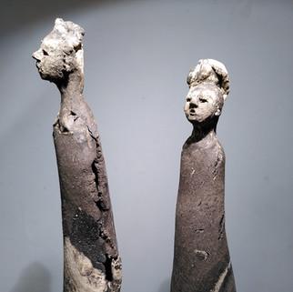 koppel wit/zwarte klei grof op ijzeren voet ook geschikt voor buiten ca 18 cm hoog  prijs 180 euro per koppel