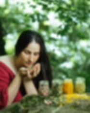 Kräuter riechen im Wald