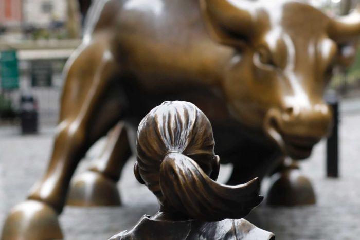 Fearless girl and charging bull. Fuente de la imagen: AP - Mark Lennihan.