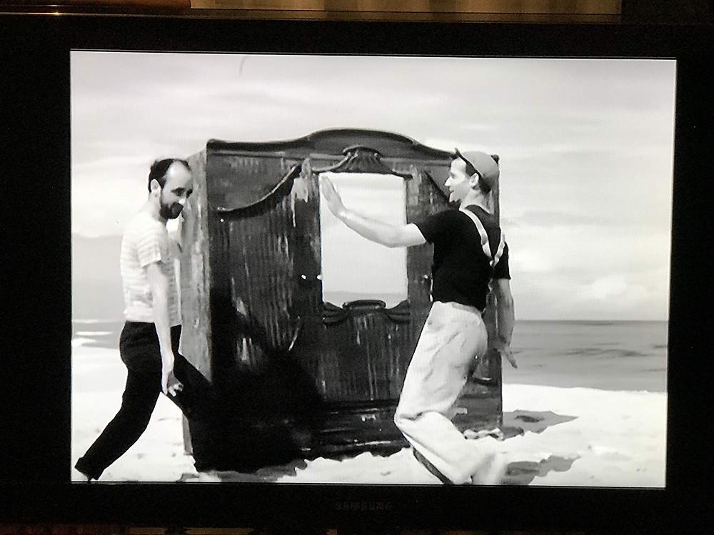 הסרט צולם בשחור לבן ללא מילים ומאר את מסעם של שני בחורים שעולים מן הים עם ארון בגדים