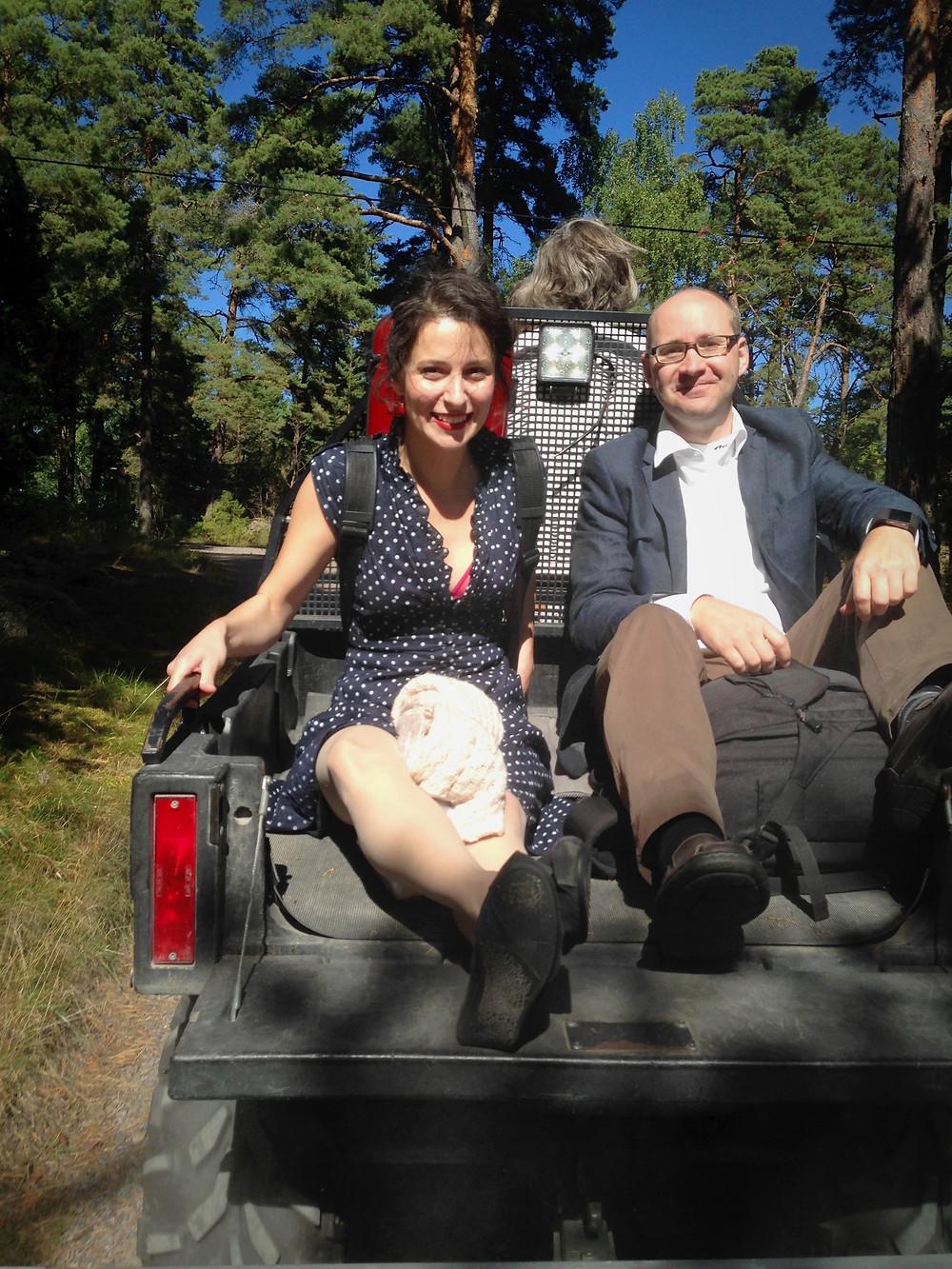 Sexhjuling med violinist, bröllopsfotograf och vigselförrättare