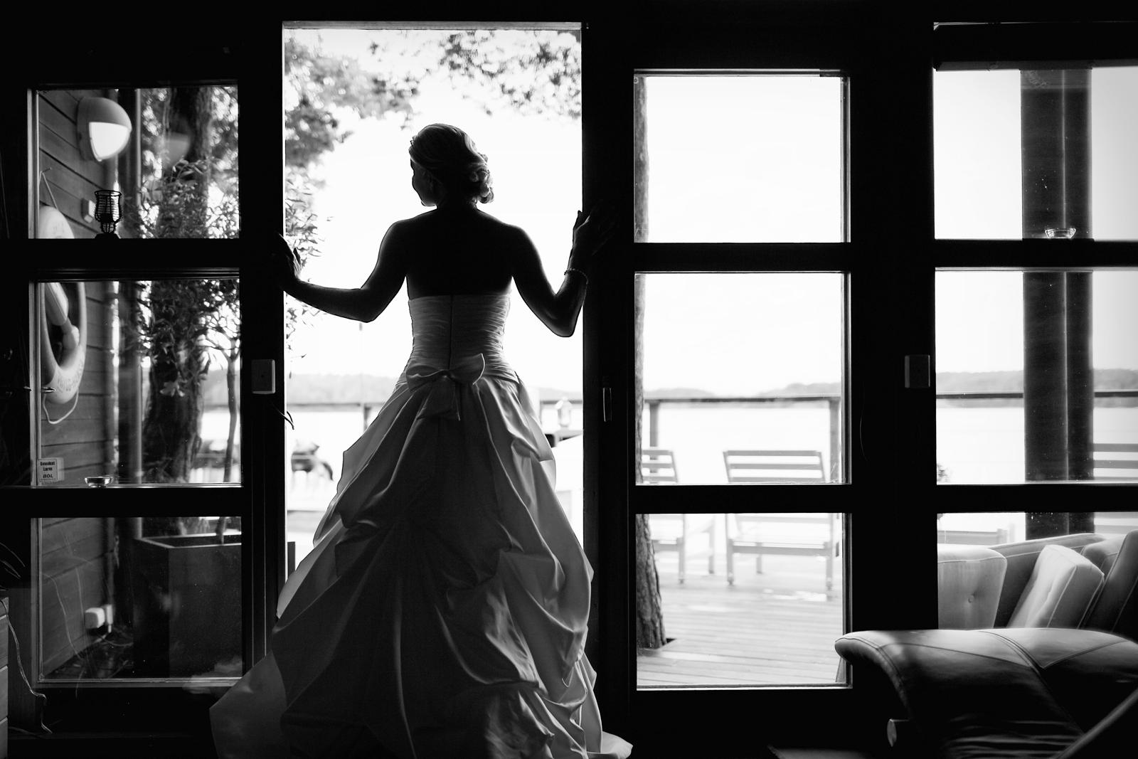 Bröllopsporträtt 4: J. i dörröppning