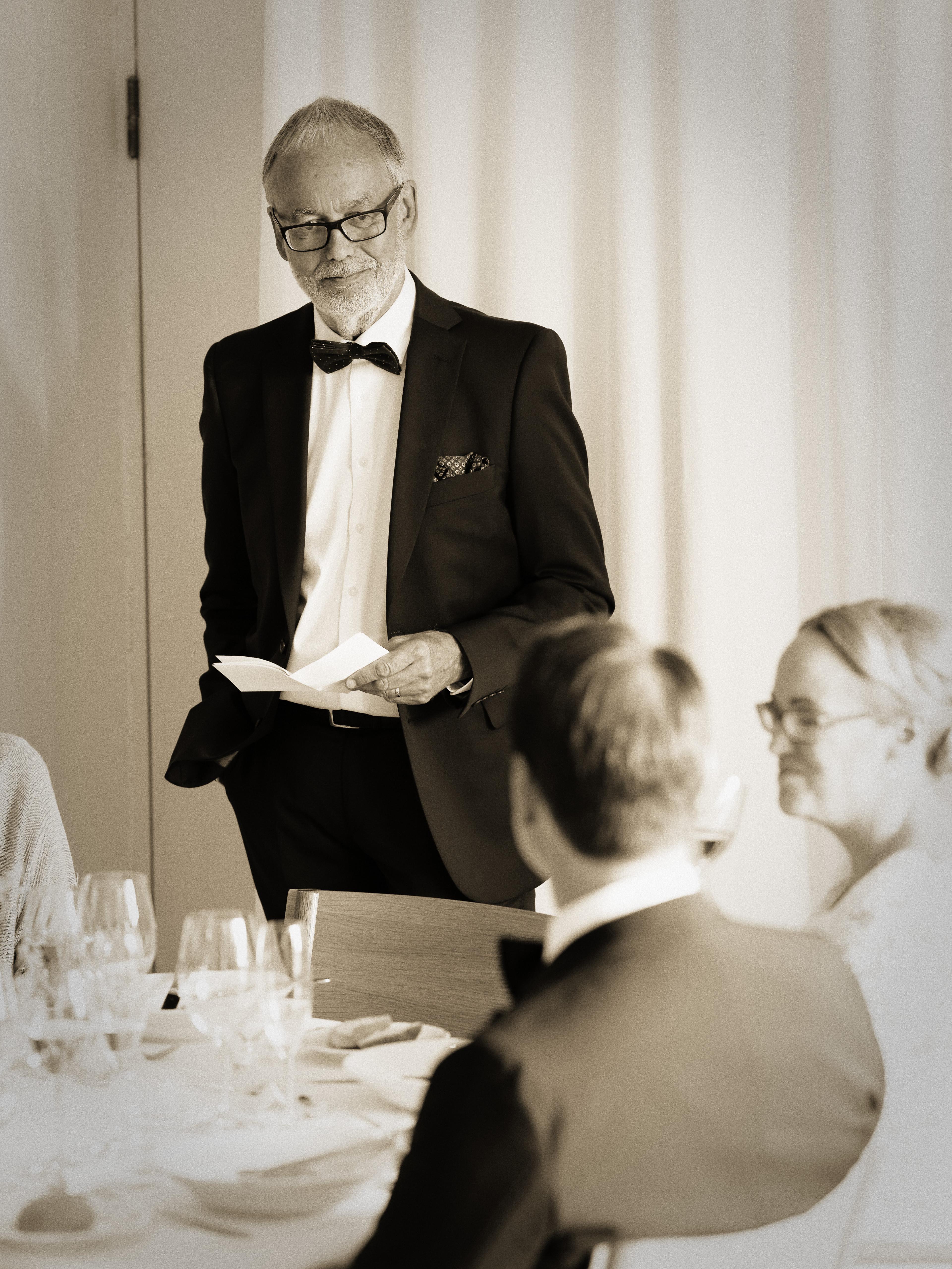 Brudgummens far håller bröllopstal