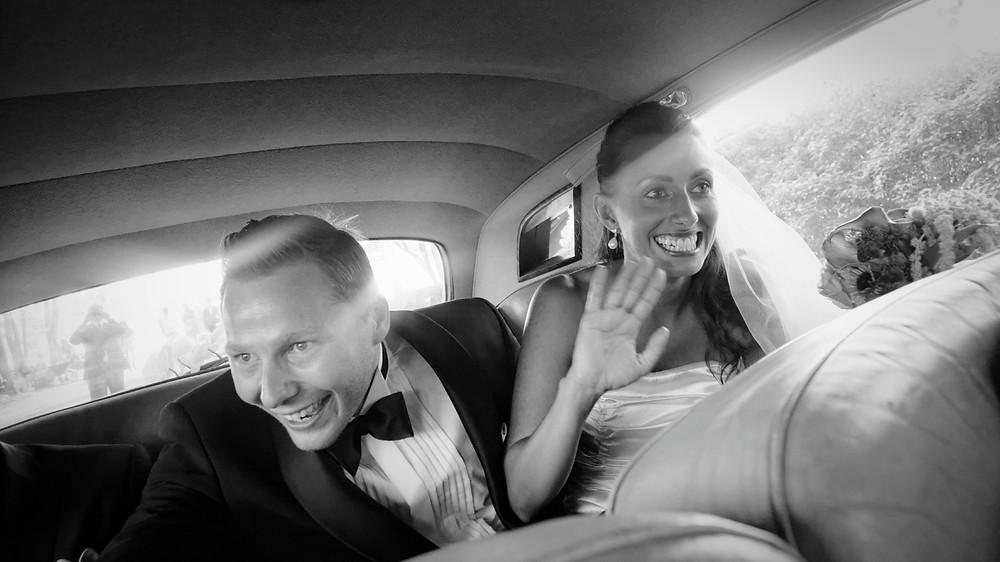 Bröllopsfotografering Stockholm - brudpar i bil