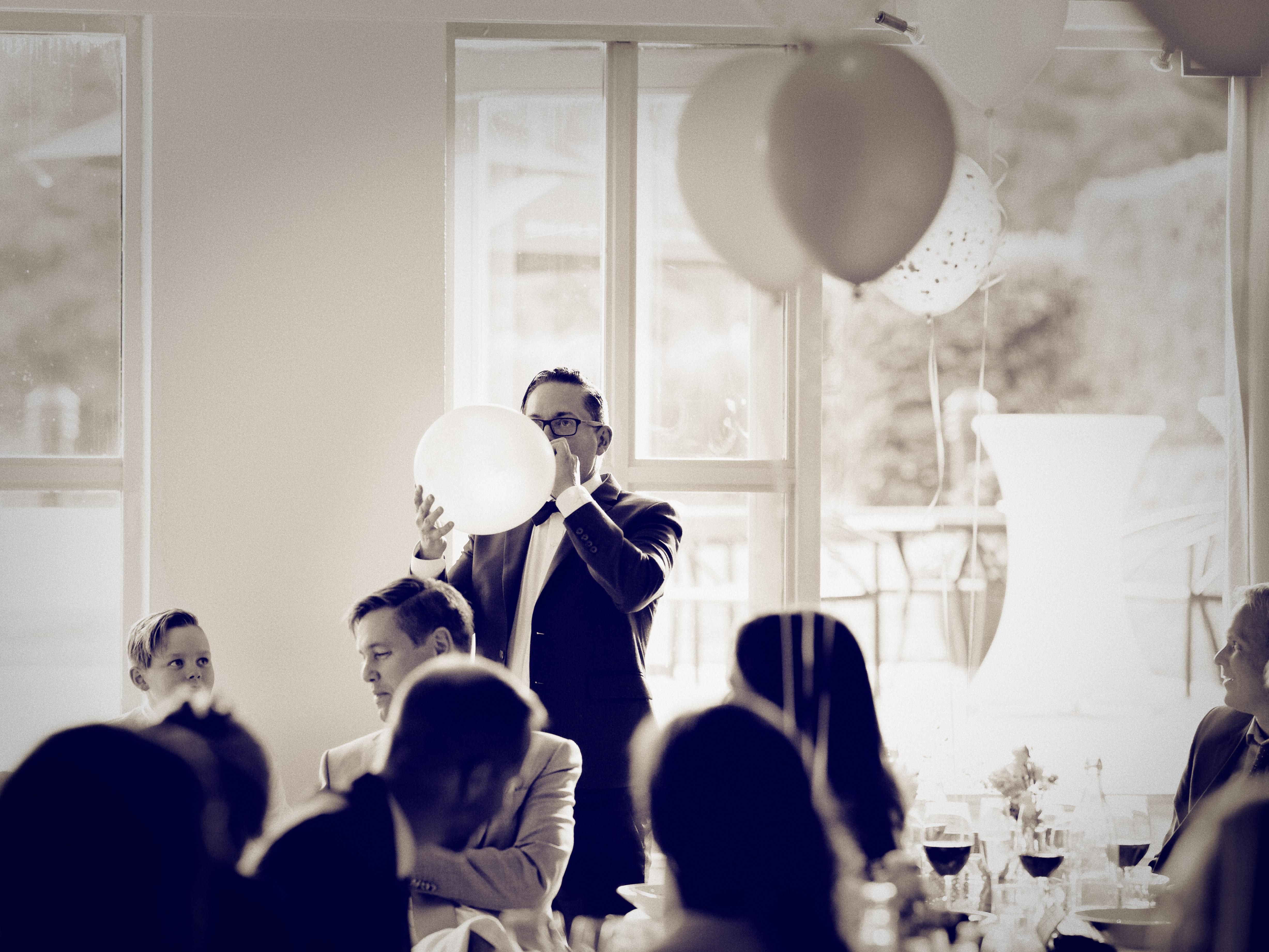 Brudens bror med heliumballong