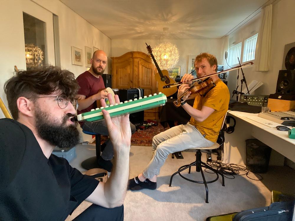 Band mit komischen Instrumenten (Melodica etc.)