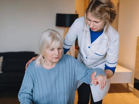 Conheça os benefícios da fisioterapia no tratamento da Doença de Parkinson.