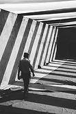 Homme marchant dans le passage