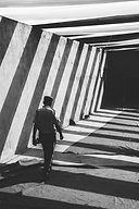 Hombre caminando por el pasaje